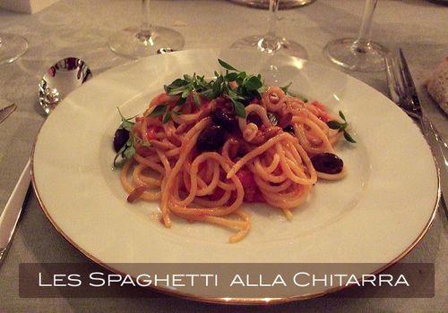 Spaghetti alla chitarra aux olives noires et tomates
